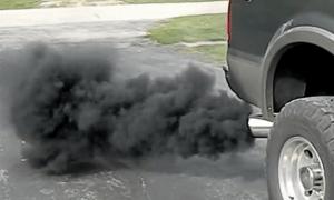 Черный дым из выхлопной трубы бензинового или дизельного двигателя