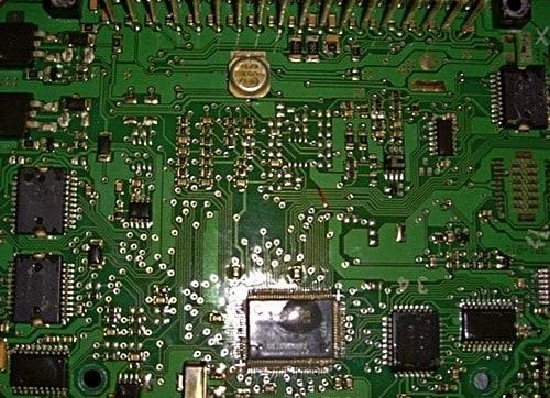 Поврежденный чип на плате ЭБУ